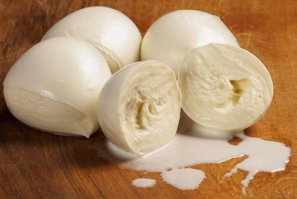 Mozzarella: le differenze tra quella di latte di bufala e quella di mucca